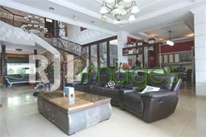 Area living room dengan sofa set minimalis