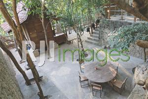 Area makan outdoor bernuansa alami