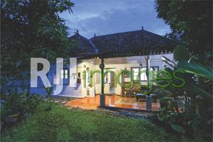 Fasad bangunan kolonial dengan sentuhan nuansa natural