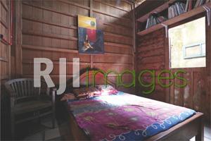Kamar tidur didominasi unsur kayu