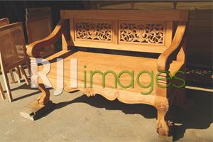 Kursi kayu bergaya klasik dengan ukiran