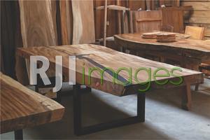 Meja kayu solid dengan aplikasi bahan resin