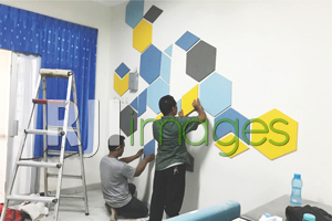 Proses pemasangan walldecor