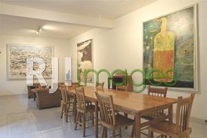 Ruang kopi dengan dekorasi lukisan bernilai