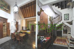 Ruang makan dengan dominasi unsur kayu dan Tangga dengan pegangan yang unik