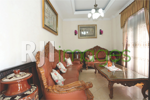 Ruang tamu dengan furnitur klasik nan mewah