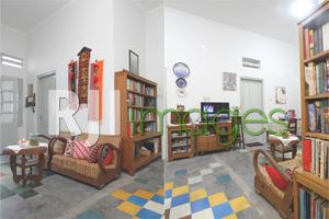 Ruang tamu dengan furnitur lawas dan Ruang tengah dengan sentuhan unsur kayu