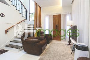 Ruang tengah bernuansa minimalis dengan furnitur modern