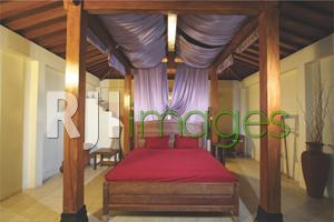 Tempat tidur kamar double bed