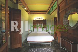 Unsur kayu mendominasi kamar tidur