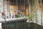 Area outdoor teras samping dengan kolam ikan