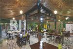 Bangunan joglo utama sebagai area makan bernuansa klasik