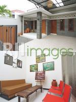 Fasad depan & Ruangan dengan kombinasi interior modern & klasik