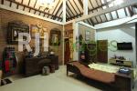 Koleksi keris dan lukisan antik di ruang Utama omah mBuri