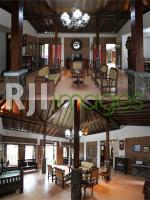 Perpaduan apik antara furnitur dan material rumah induk Ndalem Kawiryan